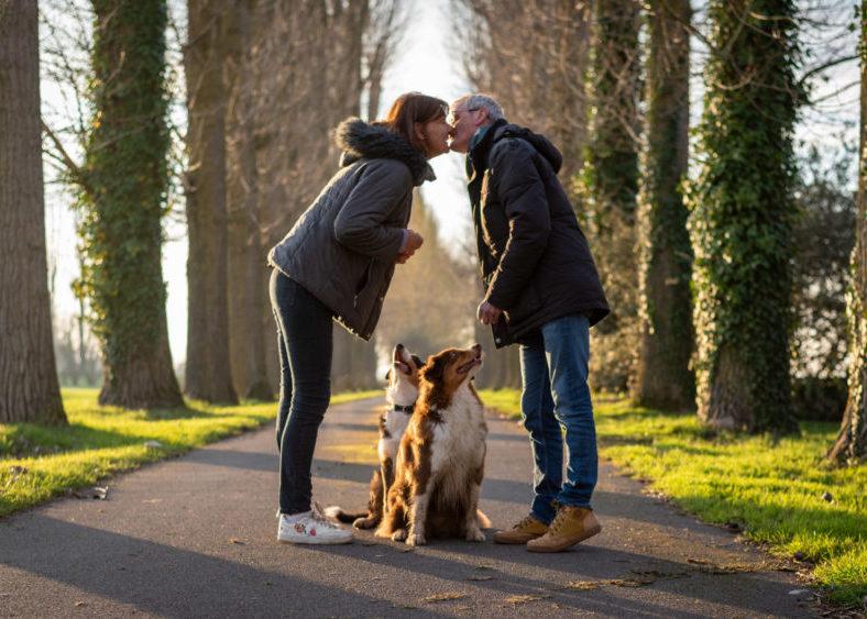 portrait couple - chien - animaux- bisous - zwo photographie